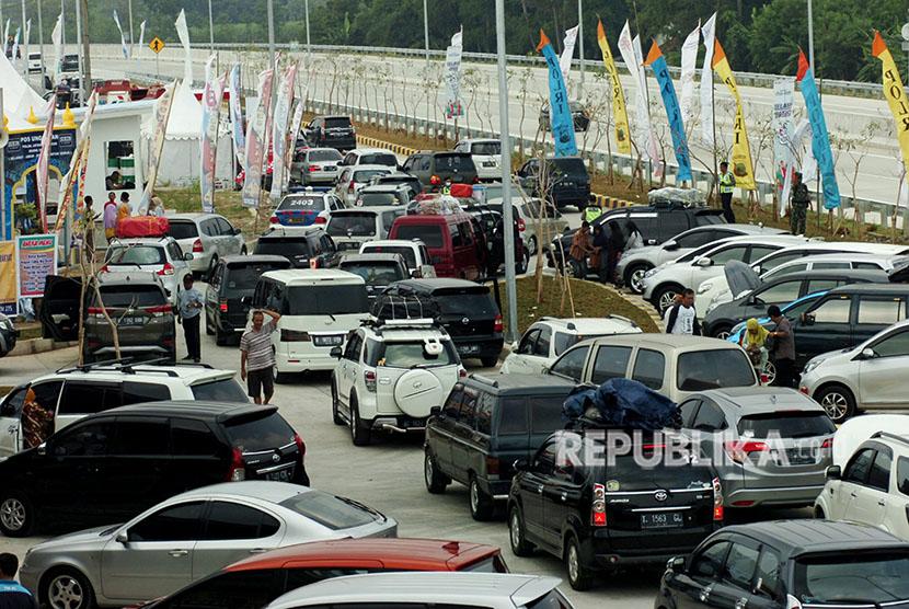 Sejumlah kendaraan pemudik padat parkir di rest area tol fungsional, Penarukan, Tegal, Jawa Tengah, Sabtu (9/6).