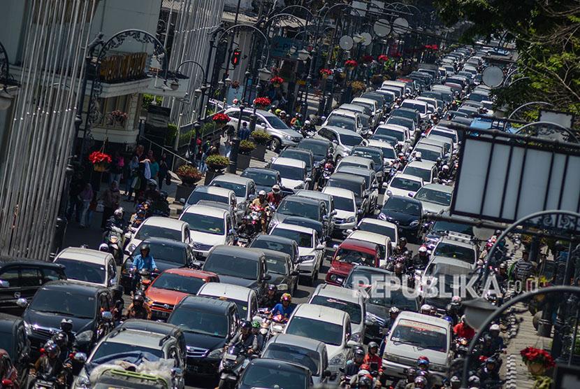 Sejumlah kendaraan terjebak kemacetan di Jalan Asia Afrika, Bandung, Jawa Barat, Kamis (10/5).