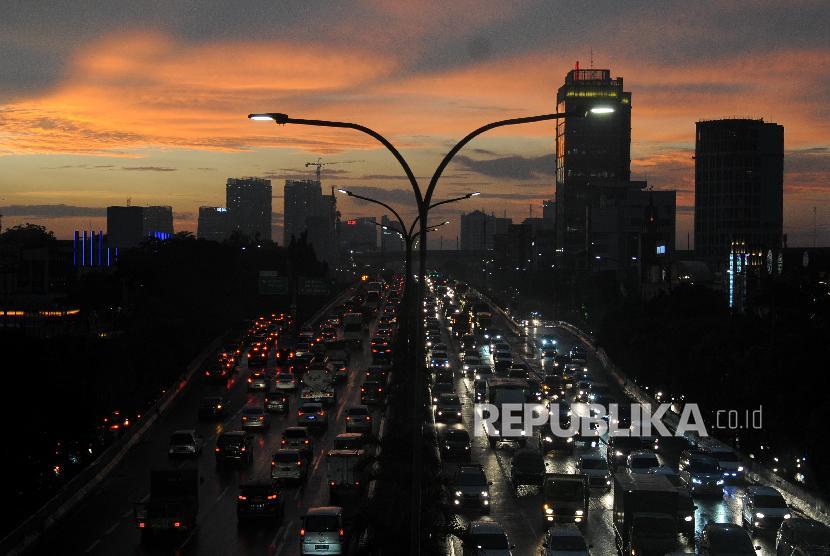 Sejumlah kendaraan terjebak kemacetan di Jalan Tol Lingkar Luar Jakarta, Cilandak, Jakarta Selatan.