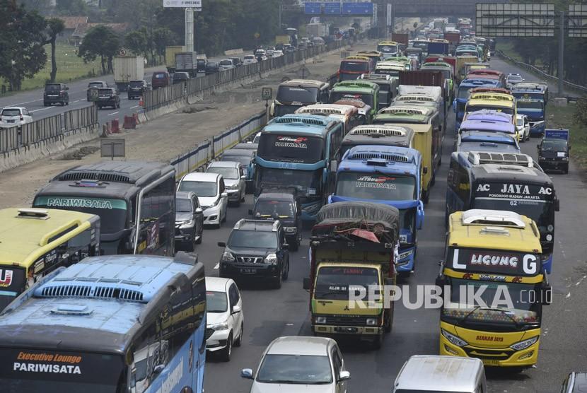 Sejumlah kendaraan terjebak kemacetan di ruas Tol Jakarta-Cikampek KM 37, Cikarang, Bekasi, Jawa Barat, Minggu (10/6).