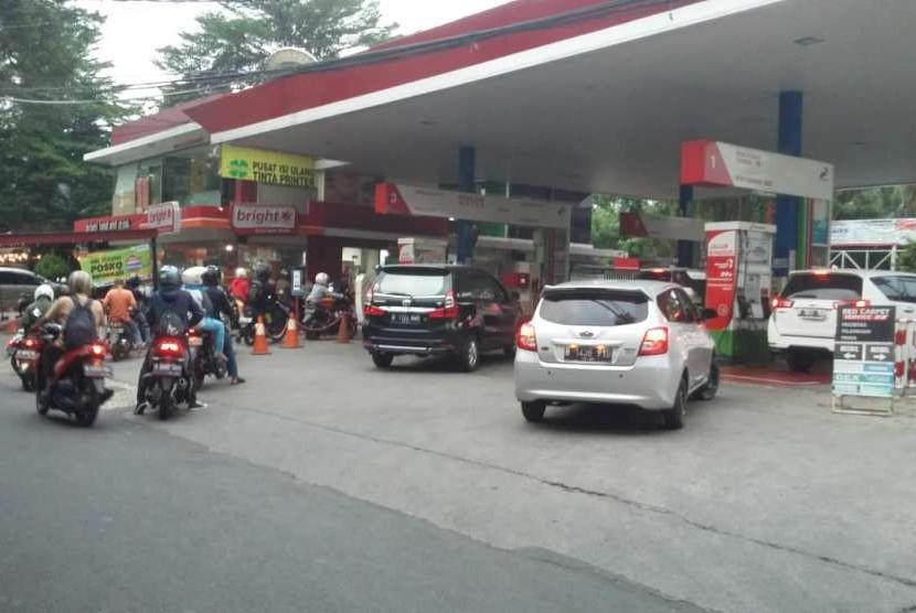 Sejumlah kendaran bermotor mengantre di SPBU Pertamina di kawasan Jakarta Selatan, Rabu (10/10). Pemerintah mengumumkan kenaikan harga BBM jenis premium menjadi Rp 7.000 per liter.