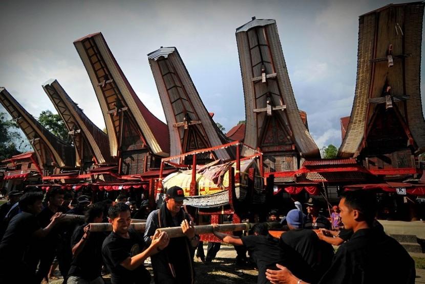 Sejumlah kerabat mengarak patung dan jenasah saat prosesi ma'palao di Sa'dan, Rantepao, Toraja Utara, Senin (22/12)