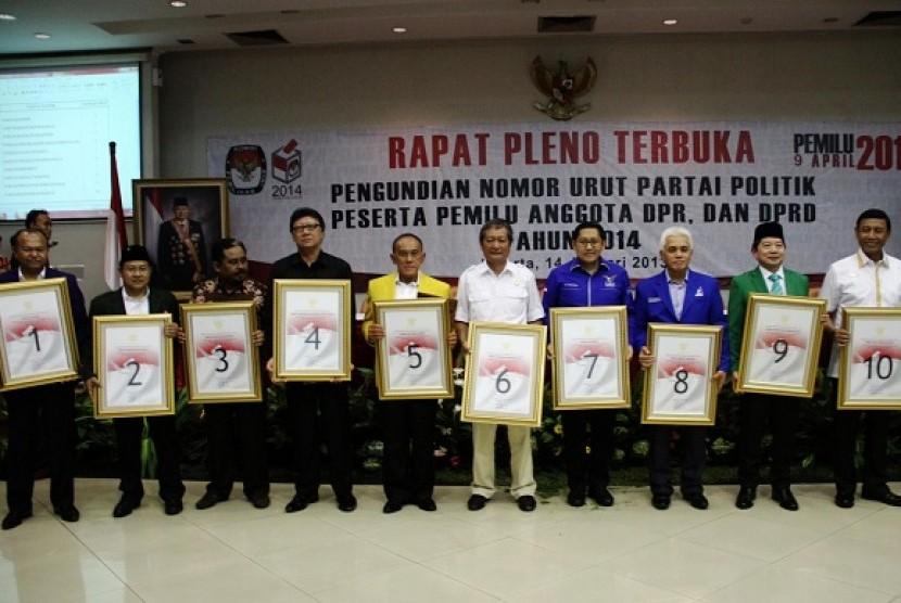 Sejumlah Ketua umum Partai berfoto bersama dengan membawa no urut usai Pengundian nomor urut parpol peserta Pemilu 2014 di Kantor KPU, Jakarta, Senin (14/1).