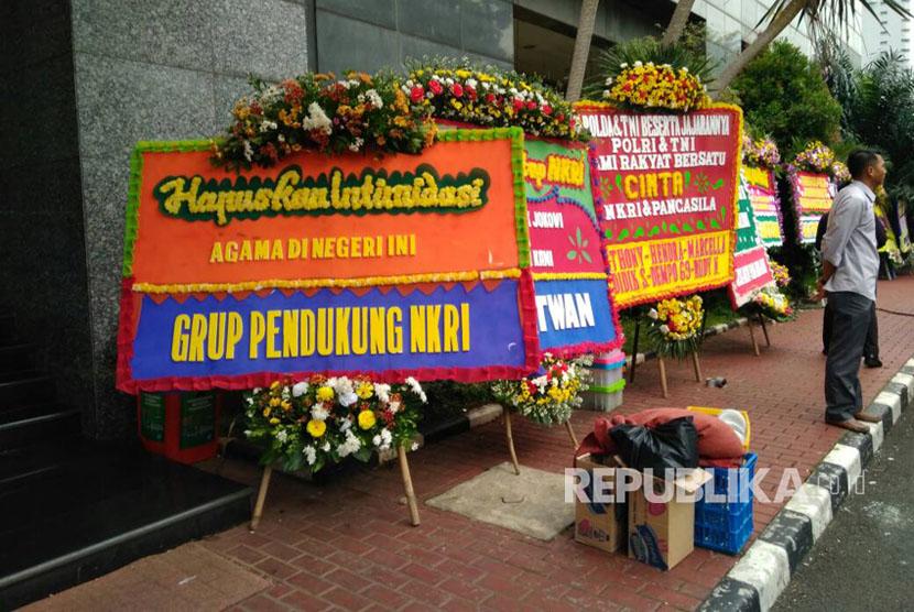 Sejumlah kiriman bunga dikirim di depan Main Hall Mapolda Metro Jaya, Rabu (3/5).