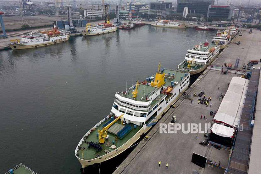 Sejumlah KM Sabuk Nusantara dan KM Camara Nusantara yang menjadi angkutan lebaran dalam mudik sepeda motor gratis naik kapal laut bersandar di Pelabuhan Penumpang Tanjung Priok, Jakarta, Selasa (12/6).