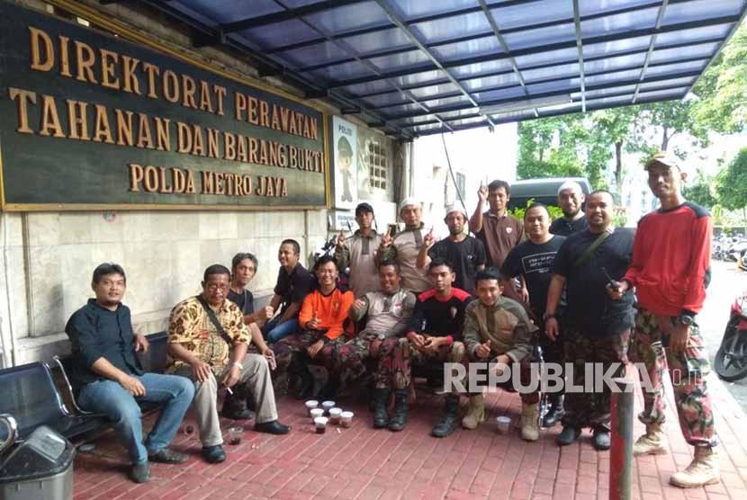 Sejumlah Kokam yang tengah mengawal pemanggilan Ketua Umum Pimpinan Pusat Pemuda Muhammadiyah Dahnil Anzar  Simanjuntak di Polda Metro Jaya sebagai saksi atas kasus Novel Baswedan. Senin (22/1).