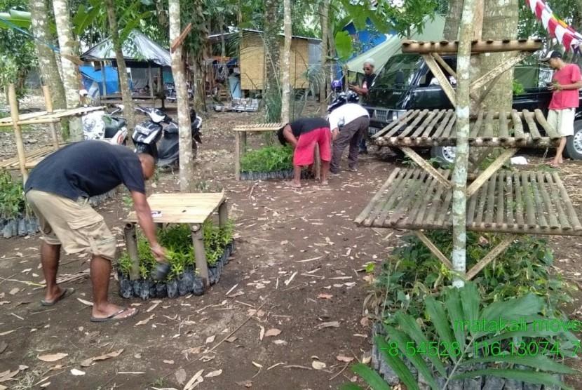 Sejumlah komunitas menggelar gerakan sebar dan tanam bibit pohon di sejumlah lokasi terdampak gempa di Lombok pada Rabu (21/11).