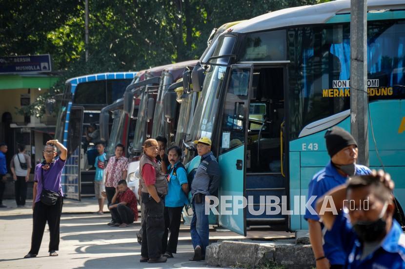 Sejumlah kondektur menunggu penumpang di Terminal Leuwi Panjang, Bandung, Jawa Barat, Jumat (23/4/2021). Terminal Leuwi Panjang mulai memberlakukan pengetatan terhadap penumpang yang akan keluar Kota Bandung atas dasar himbauan pemerintah yang melarang mudik lebaran 2021 sejak 22 April hingga 24 Mei 2021.