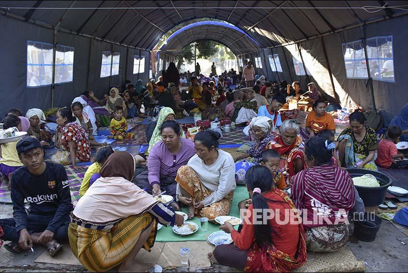 [ilustrasi] Sejumlah korban gempa bumi berada di tenda pengungsian SDN 1 Obel-Obel, Kecamatan Sambelia, Selong, NTB, Senin (30/7).