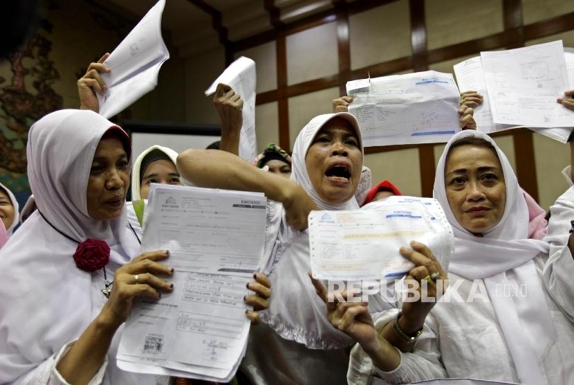 Sejumlah korban kasus penipuan dana Umroh First Travel menujukkan bukti pembayaran dana umrah mereka saat melakukan audiensi kepada perwakilan Komisi VIII dan Fraksi PPP di Kompleks Parlemen, Jakarta, beberapa waktu lalu.