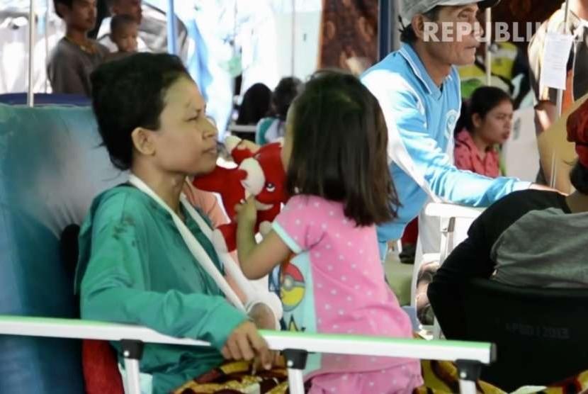 Sejumlah korban luka akibat gempa Lombok sedang menjalani perawatan media di pengungsian.