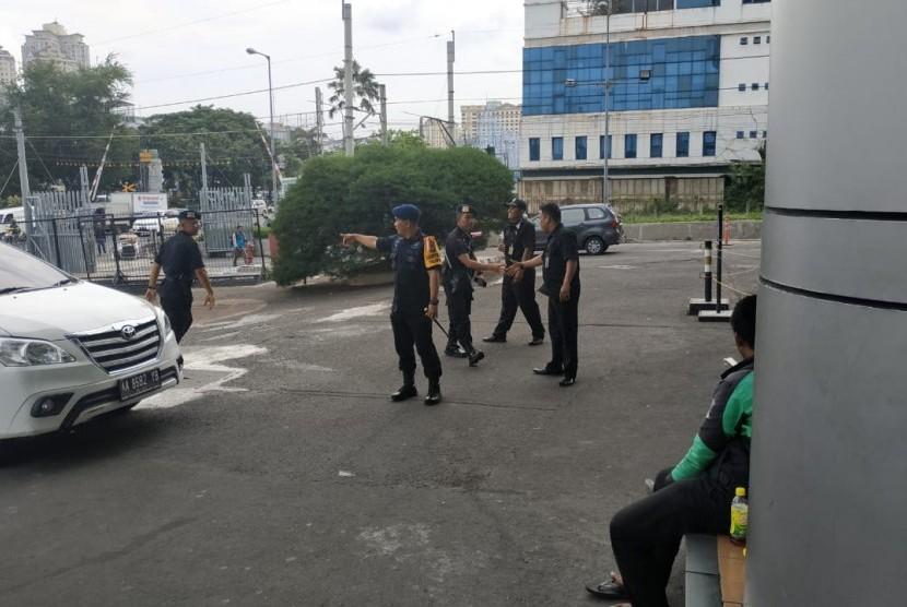 Sejumlah Korps Brigade Mobil (Brimob) tampak berjaga di WTC Mangga Dua, Jakarta Utara, Selasa (23/4).