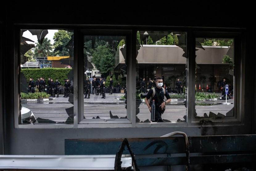 Sejumlah Korps Brimob beraktivitas di dekat Pos Polisi yang rusak pascakerusuhan di Jalan MH Thamrin, Jakarta, Kamis (23/5/2019).