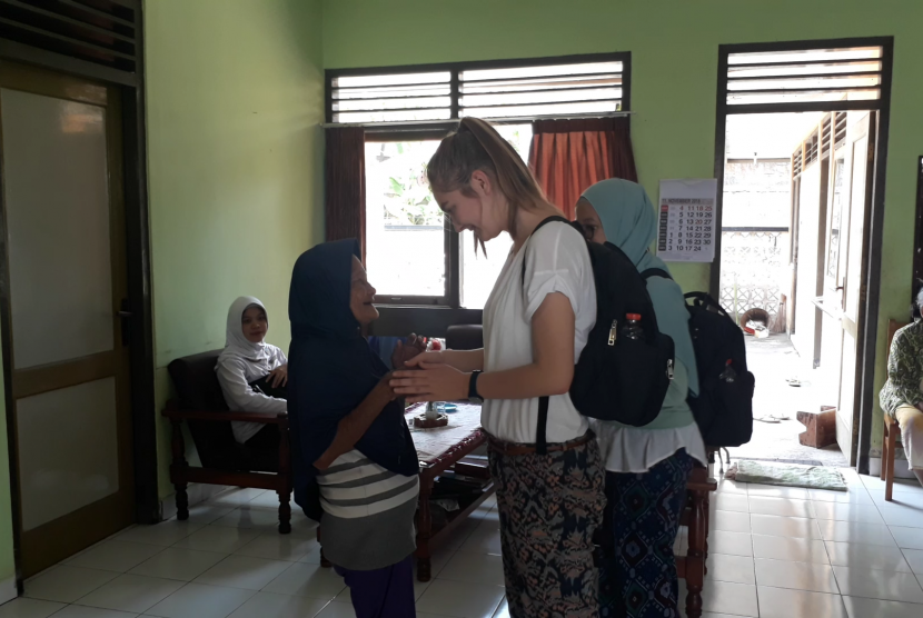 Sejumlah mahasiswa asing peserta summer course FKKMK UGM saat berinteraksi dengan para lansia di Balai Pelayanan Sosial Tresna Werdha (PSTW) Yogyakarta.