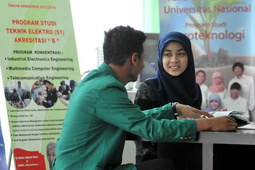 Sejumlah mahasiswa beraktivitas di kampus Universitas Nasional (UNAS) Jakarta , Kamis (16/4).