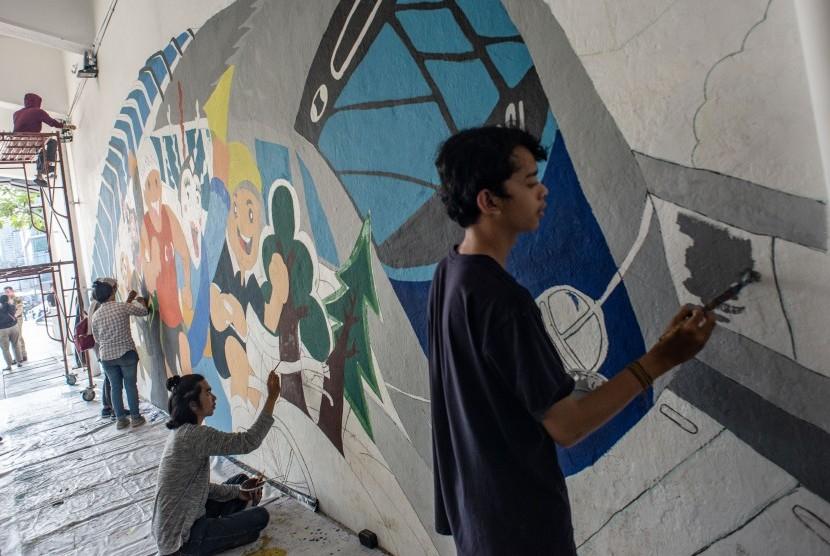 Sejumlah mahasiswa dari perguruan tinggi swasta menyelesaikan pembuatan mural di terowongan Jalan Kendal, Dukuh Atas, Jakarta, Kamis (20/6/2019). Pembuatan mural tersebut dalam rangka untuk menyemarakan HUT DKI Jakarta ke-492.