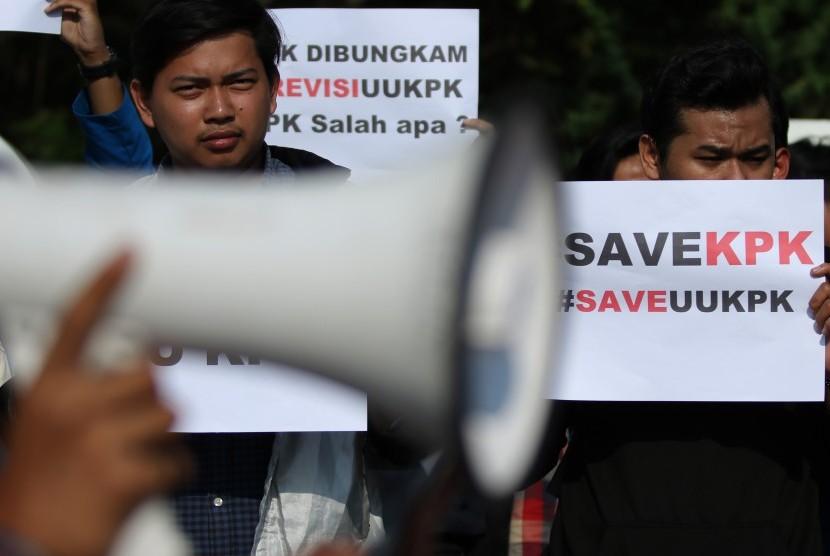 Sejumlah mahasiswa Institut Teknologi Sepuluh Nopember (ITS) Surabaya berunjuk rasa di Surabaya, Jawa Timur, Kamis (19/9). Mereka menyampaikan sejumlah aspirasi salah satu diantaranya menolak Revisi UU KPK yang baru saja disahkan oleh DPR RI.