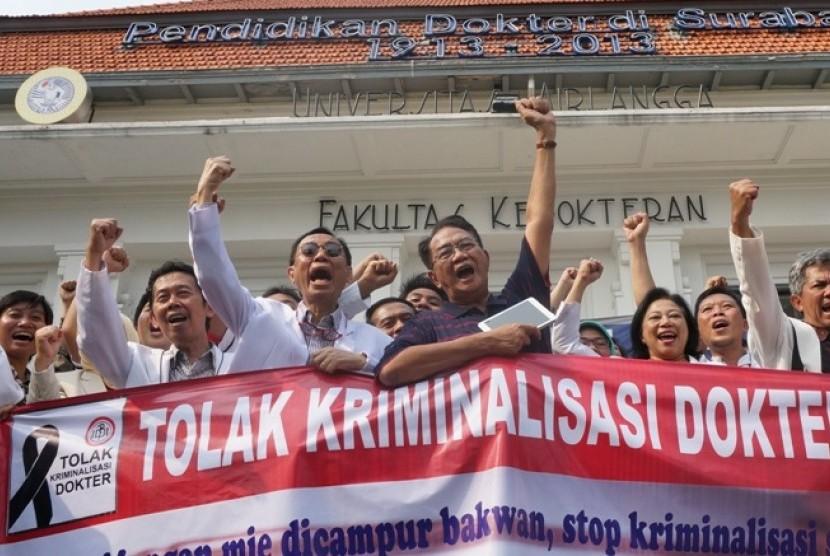 Sejumlah mahasiswa kedokteran dan dokter di Fakultas Kedokteran Kampus A Universitas Airlangga Surabaya menolak kriminalisasi dokter
