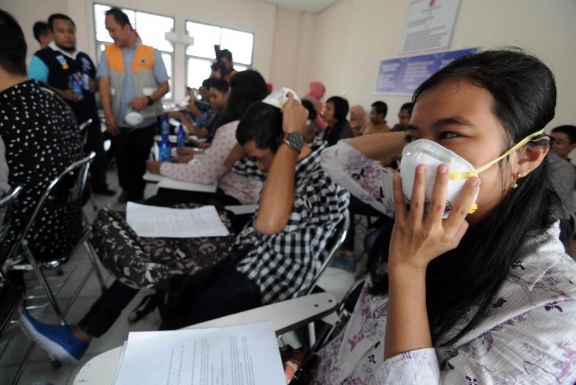 Sejumlah mahasiswa mengenakan masker jenis N95 (ilustrasi)