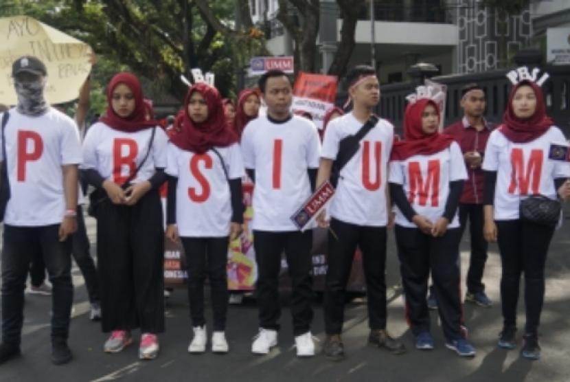 Sejumlah mahasiswa Pendidikan Bahasa dan Sastra Indonesia (PBSI)  Universitas Muhammadiyah Malang (UMM) mengadakan gelar aksi simpatik peduli  penggunaan bahasa Indonesia yang baik dan benar.