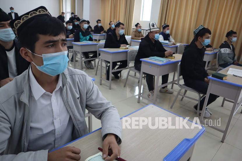 Sejumlah mahasiswa Xinjiang Islamic Institute (XII) Urumqi, Daerah Otonomi Xinjiang, China, menirukan bacaan ayat Al Quran dari pengajar di kelas Al Quran dan Al Hadis, Kamis (22/4/2021). Kampus XII tersebar di delapan kota di Xinjiang, sedangkan di Urumqi sendiri terdapat 889 mahasiswa jenjang sarjana dan pascasarjana dari kalangan etnis minoritas Muslim Uighur.