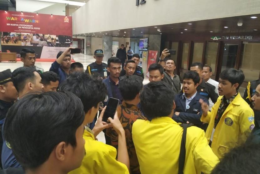 Sejumlah mahasiswa yang diusir keluar saat capim KPK Irjen Firli melaksanakan uji kepatutan dan kelayakan (fit and proper test) di Kompleks Parlemen, Senayan, Jakarta, Kamis (12/9).
