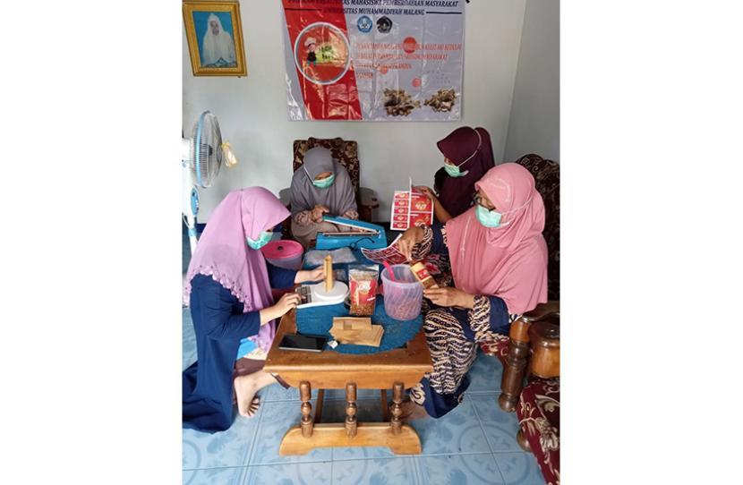 Sejumlah mahasiwa Universitas Muhammadiyah Malang (UMM) melakukan pendampingan pemanfaatan limbah kulit kedelai di Desa Tanjungtani, Kecamatan Prambon, Kabupaten Nganjuk.