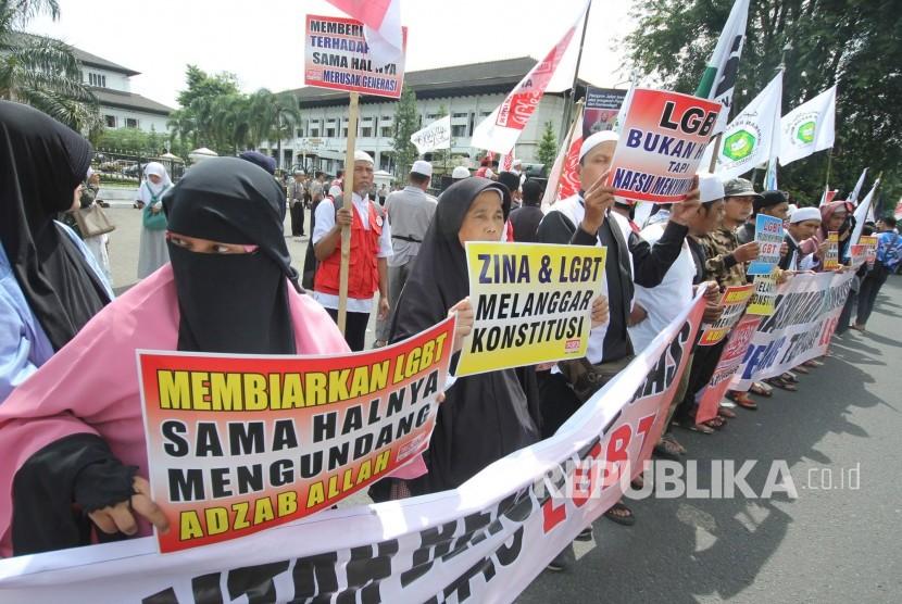 Sejumlah massa dari Aliansi Pergerakan Islam Jawa Barat (API Jabar) menggelar aksi pernyataan sikap menolak lesbian, gay, biseksual, dan transgender (LGBT) di depan Gedung Sate, Kota Bandung, Jumat (29/12).