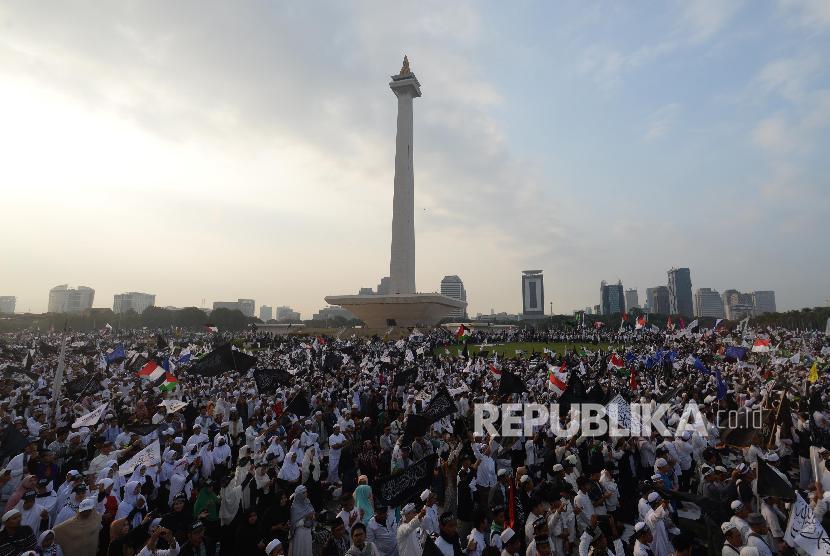 Sejumlah massa dari berbagai organisasi islam mengikuti reuni aksi 212 di Lapangan Monumen Nasional, Jakarta, Ahad, (2/12).