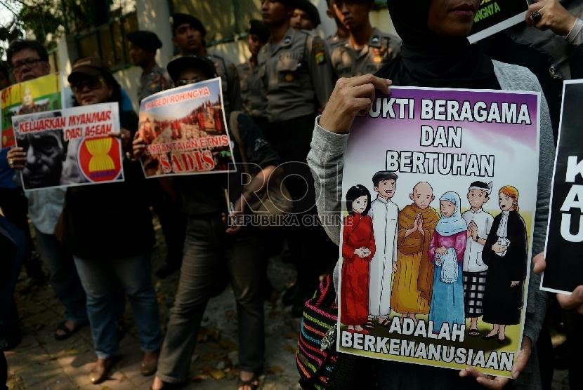 Sejumlah massa melakukan aksi solidaritas untuk Rohingya di depan Dubes Myanmar, Jakarta.