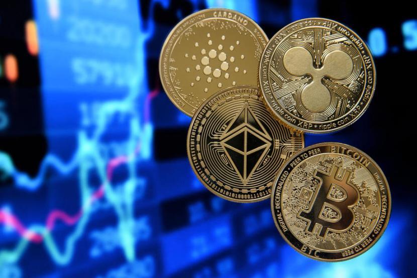 Sejumlah mata uang kripto di dunia, Bitcoin (bawah kanan), Ethereum (tengah), Ripple (kanan), dan Cardano (kiri).