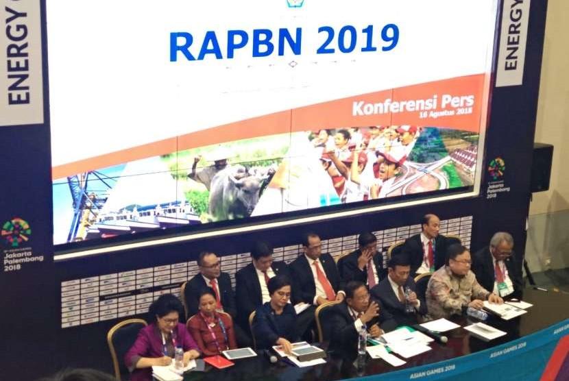 Sejumlah menteri kabinert kerja Presiden Joko Widodo melangsungkan konferensi pers mengenai Nota Keuangan serta Rancangan Anggaran Pendapatan dan Belanja Negara (RAPBN) 2019 di Jakarta Convention Center (JCC), Kamis (16/8).