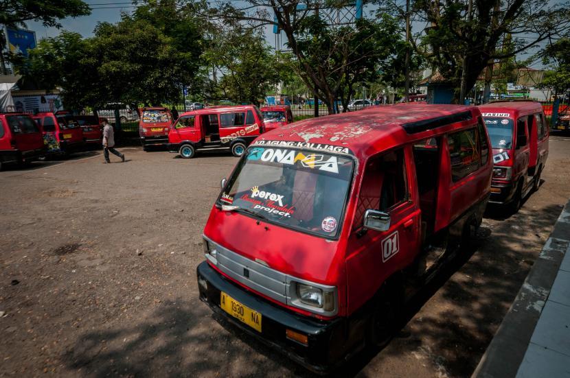 Sejumlah mobil angkutan kota (angkot) menunggu penumpang di Terminal Mandala Rangkasbitung, Lebak, Banten, Selasa (11/5/2021). Para sopir angkot di daerah tersebut mengeluhkan penutupan Stasiun Rangkasbitung berdampak pada sepinya penumpang sehingga pendapatan mereka turun drastis.