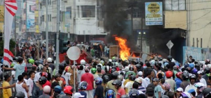 Sejumlah mobil dibakar massa saat kericuhan yang terjadi di Kota Ambon, Minggu (11/9). Kericuhan antarwarga di Ambon diwarnai dengan saling lempar batu, memblokir jalan dan merusak/membakar kendaraan. Kericuhan tersebut terjadi akibat warga terprovokasi me