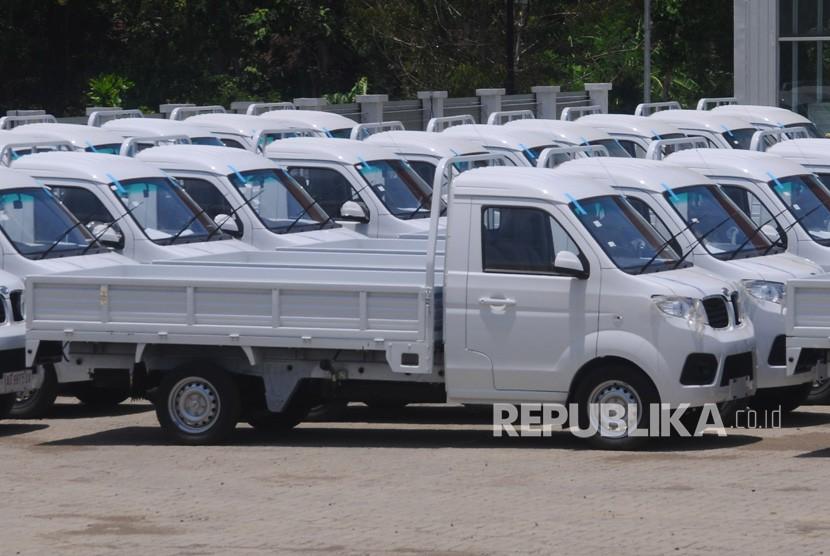 Sejumlah mobil pickup terparkir di halaman pabrik mobil Esemka di Sambi, Boyolali, Jawa Tengah, Senin (22/10/2018).