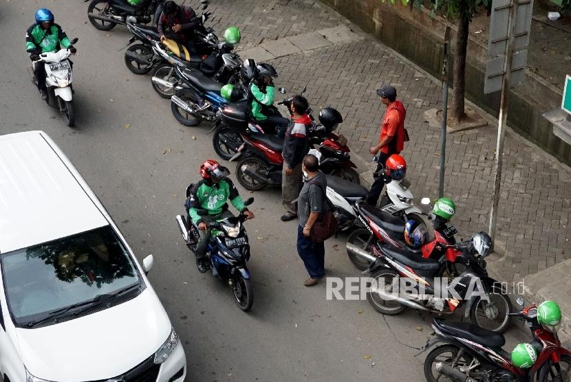 Sejumlah motor ojek online terparkir dibahu jalan kawasan Casablanca, Jakarta, Rabu (7/12).