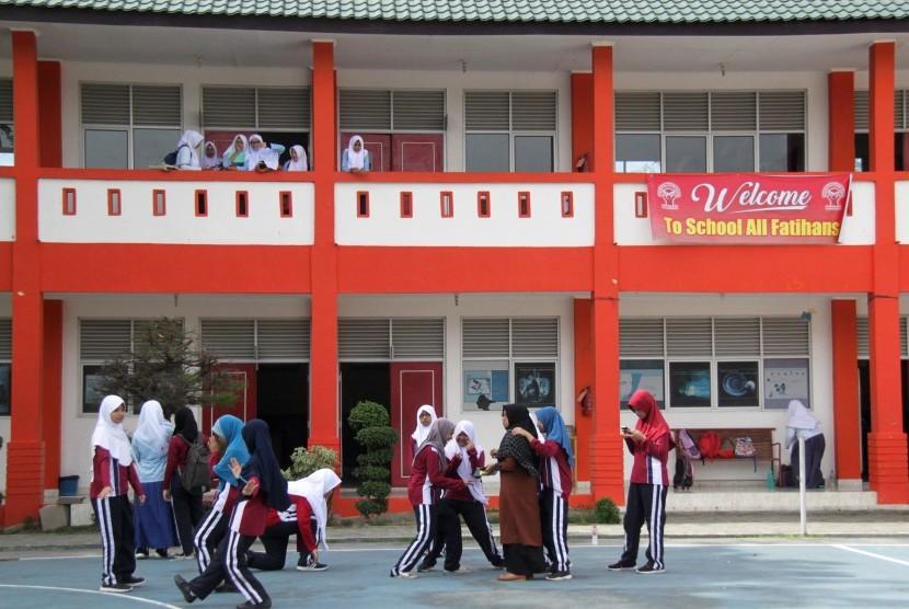 Sejumlah murid beraktivitas di halaman Sekolah Fatih di Banda Aceh (ilustrasi).