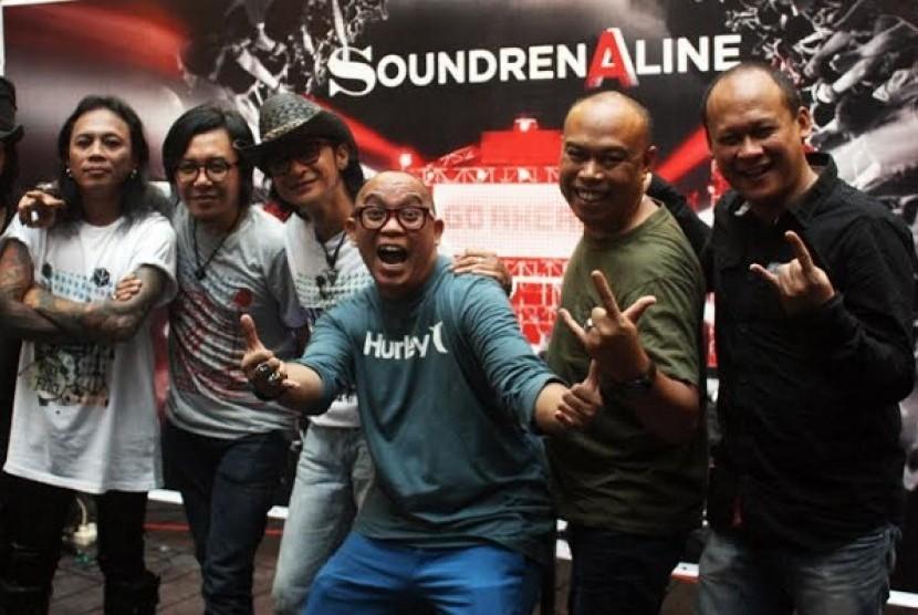 Sejumlah musisi pendukung Soundrenaline 2014 berfoto bersama usai jumpa pers, Selasa (29/4)