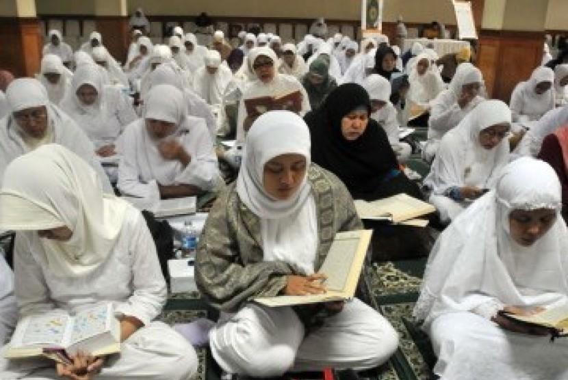 Sejumlah muslimah membaca Alquran (Ilustrasi)