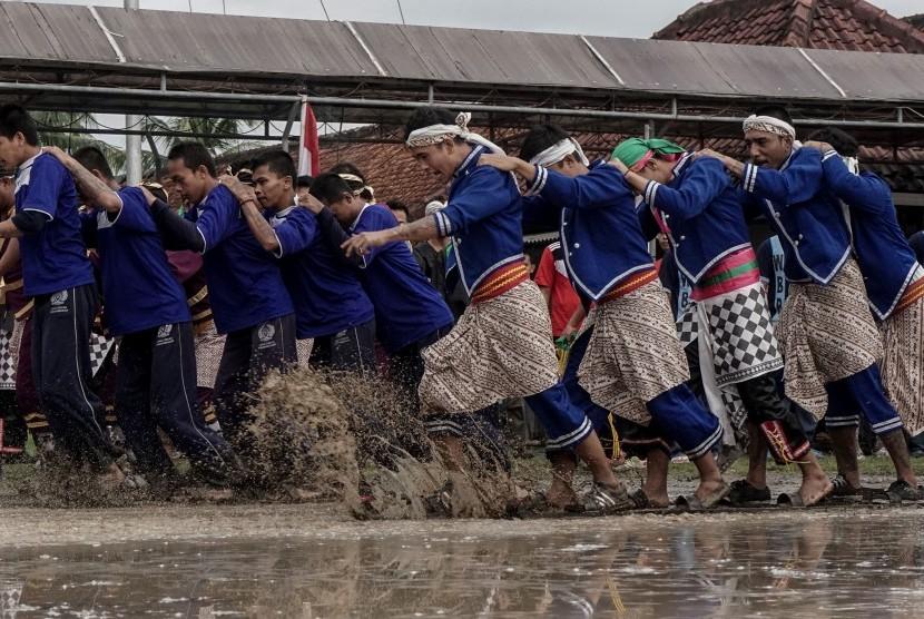 Sejumlah narapidana berpartisipasi dalam lomba balap terompah panjang dalam rangka perayaan HUT kemerdekaan RI ke-71, di Lapas Batu Nusakambangan, Cilacap, Jawa Tengah, Senin (15/8).