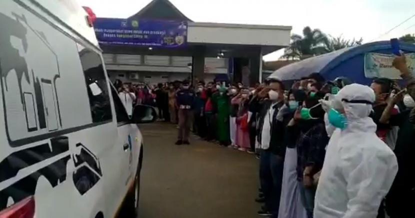 Sejumlah orang melakukan penghormatan terakhir kepada nakes yang meninggal dunia akibat Covid-19 di Kabupaten Garut, Jumat (5/2).