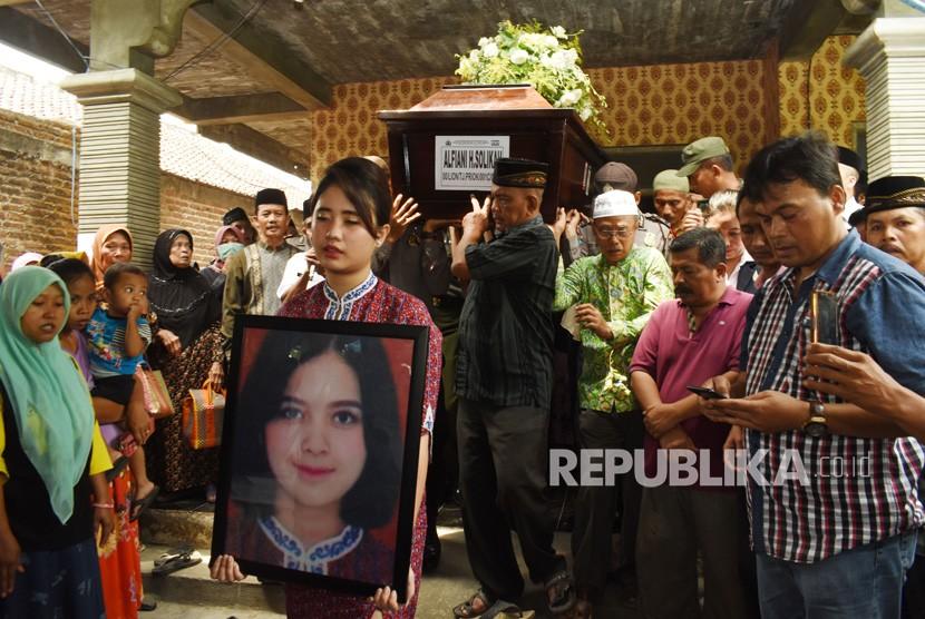 The body of Lion Air JT 610 flight attendant Alfiani Hidayatul Solikah to buried in the Mojorejo Village, Kebonsari, Madiun Regency, East Java, Wednesday (Nov 14).
