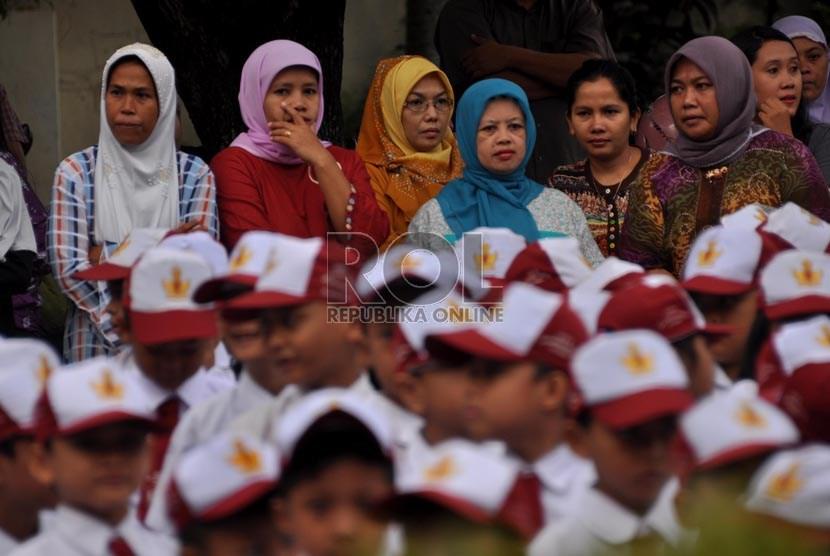 Sejumlah orang tua siswa mendampingi anak mereka pada hari pertama sekolah di SDN 05 Pejaten Timur, Jakarta Selatan, Senin (15/7). (Republika/Rakhmawaty La'lang)