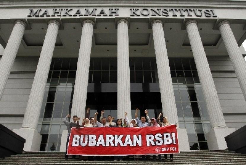Sejumlah orang tua/wali murid berfoto bersama seusai menghadiri sidang pembacaan amar putusan tentang Sistem Pendidikan Nasional di Mahkamah Konstitusi, Jakarta, Selasa (8/1).