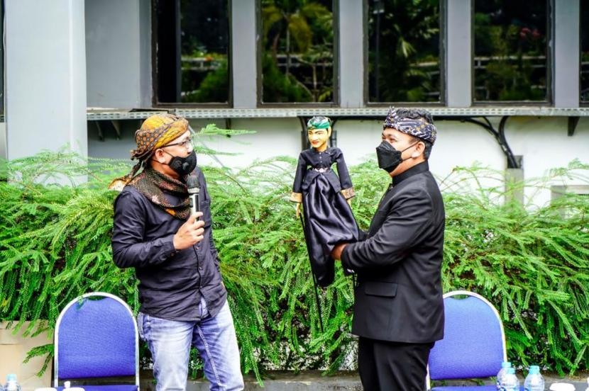 Sejumlah organisasi pemerhati pendidikan Jawa Barat mengunjungi Kantor Dinas Pendidikan Jabar, Kota Bandung, Kamis (5/8). Salah satu dari mereka membawa wayang golek yang memiliki paras mirip dengan Kepala Dinas Pendidikan Jabar Dedi Supandi.