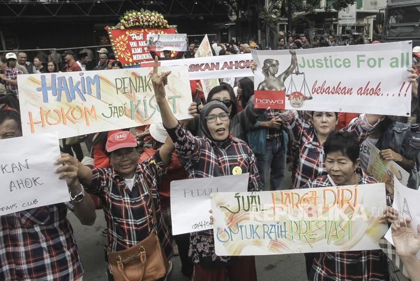 Sejumlah Ormas melakukan aksi unjuk rasa saat berlangsungnya sidang Peninjauan Kembali (PK) ke Mahkamah Agung (MA) terkait kasus penistaan agama yang menjerat Ahok di depan Pengadilan Negeri Jakarta Utara, Jakarta, Senin (26/2).
