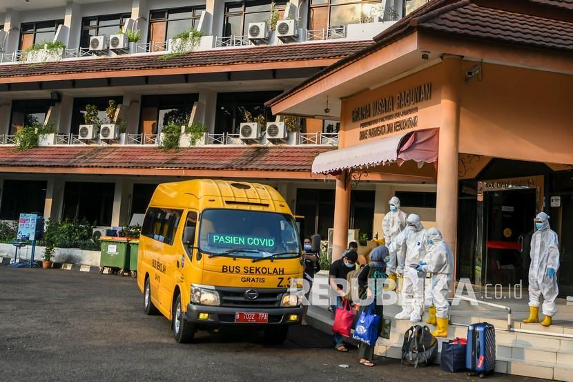 Sejumlah pasien COVID-19 dengan kategori orang tanpa gejala (OTG) tiba di Graha Wisata Ragunan, Kebagusan, Jakarta Selatan, Sabtu (12/6/2021). Pemerintah Kota Jakarta Selatan memfungsikan kembali Graha Wisata Ragunan sebagai tempat isolasi warga terpapar COVID-19 kategori OTG dengan memiliki fasilitas 76 kamar yang mampu merawat pasien sebanyak kurang lebih 152 orang.