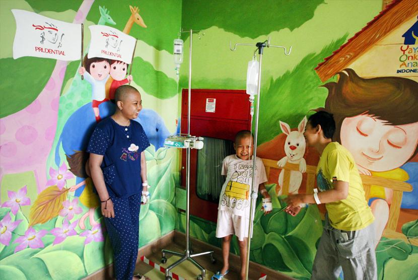 Sejumlah pasien kanker anak beraktivitas di salah satu Ruang Rawat Anak di RS Kanker Dharmais, Jakarta, Selasa (10/10).