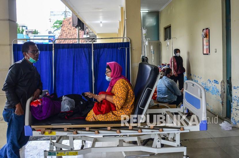 Sejumlah pasien menjalani perawatan di pelataran IGD Rumah Sakit Umum Daerah (RSUD) dr Soekardjo, Kota Tasikmalaya, Jawa Barat, Rabu (23/6/2021). Pasien terpaksa antre bahkan belasan diantaranya terpaksa menunggu di lorong IGD dikarenakan ruang isolasi COVID-19 di RSUD dr Soekardjo penuh dengan Bad Occupancy Rate (BOR) melebihi 100 persen.