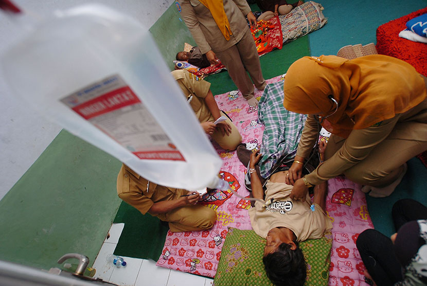 Sejumlah pasien menjalani perawatan medis di Madrasah Nurul Iman, Desa Margalaksana, Tasikmalaya, Jawa Barat, Rabu (6/5).
